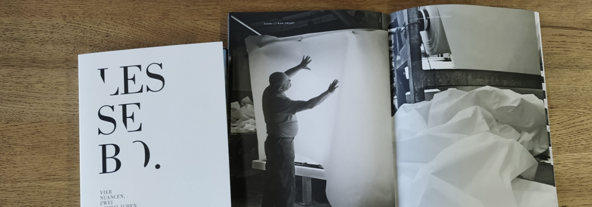 Lessebo-Papier-Broschuere-mit-Muster